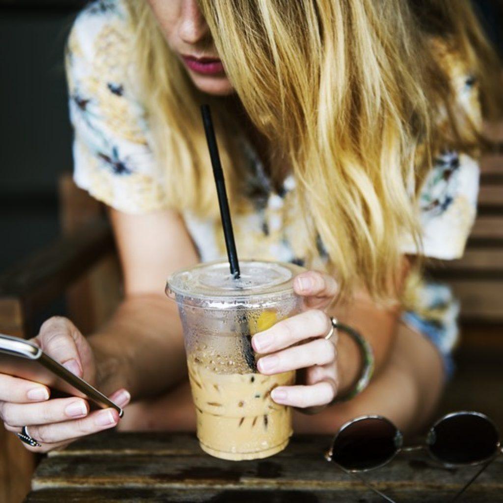 mujer-movil-comunicacion-online
