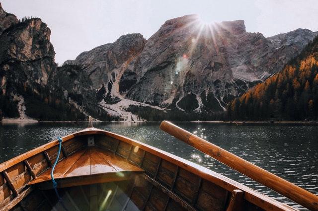 barco-montañas