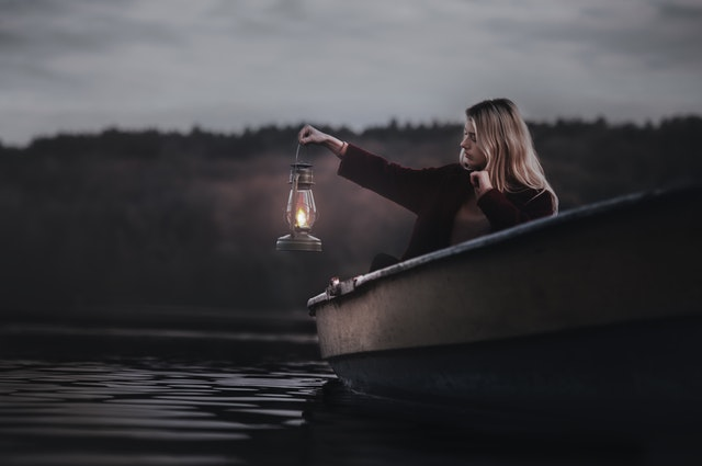 barco-mujer-noche