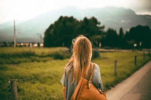 mujer-espalda-viaje