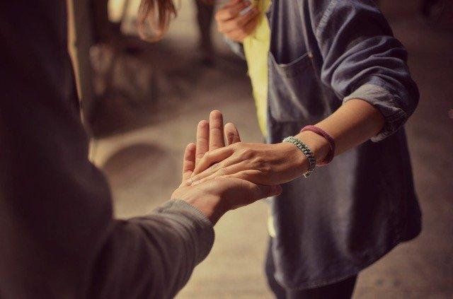 pareja manos
