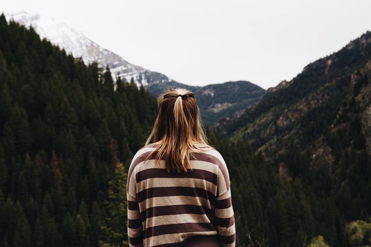 mujer triste montaña