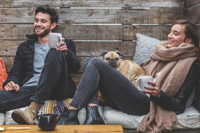 hygge-felicidad-amigos-pareja-perro-cafe