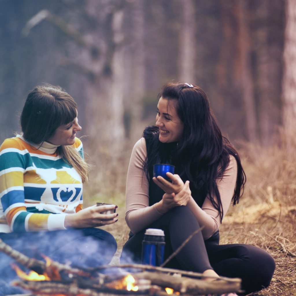 hygge felicidad camping amigos