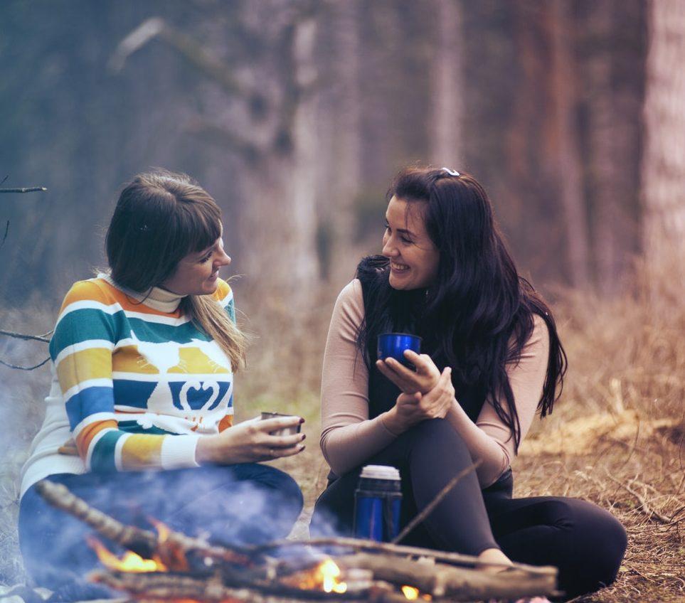 felicidad-cafe-camping-amigos-relacion-pareja