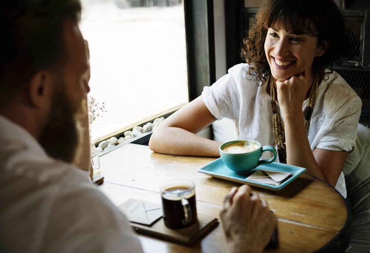 hygge felicidad cafeteria amigos risas