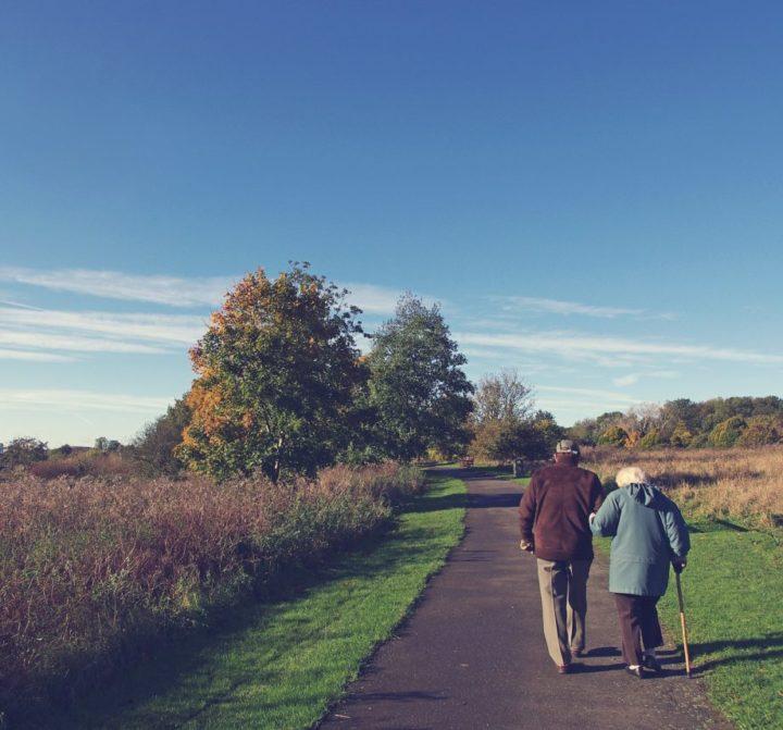 ancianos-pareja-camino