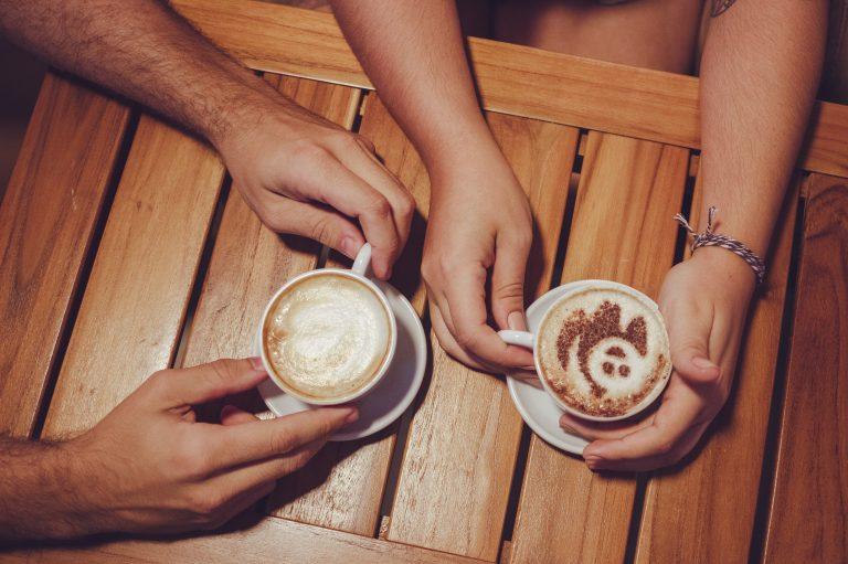 manos-cafe-conversacion-amigos-relacion-pareja