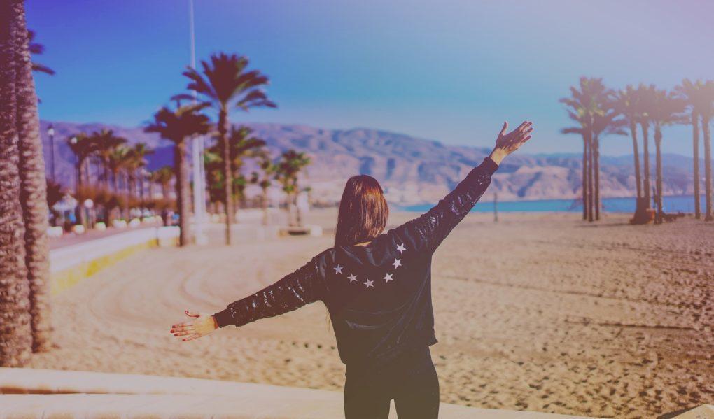 mujer-emocion-felicidad-playa