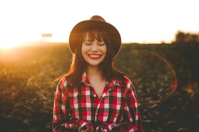 mujer-emocion-feliz-sonrisa