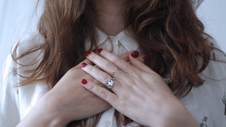 manos-mujer-autoestima-yo