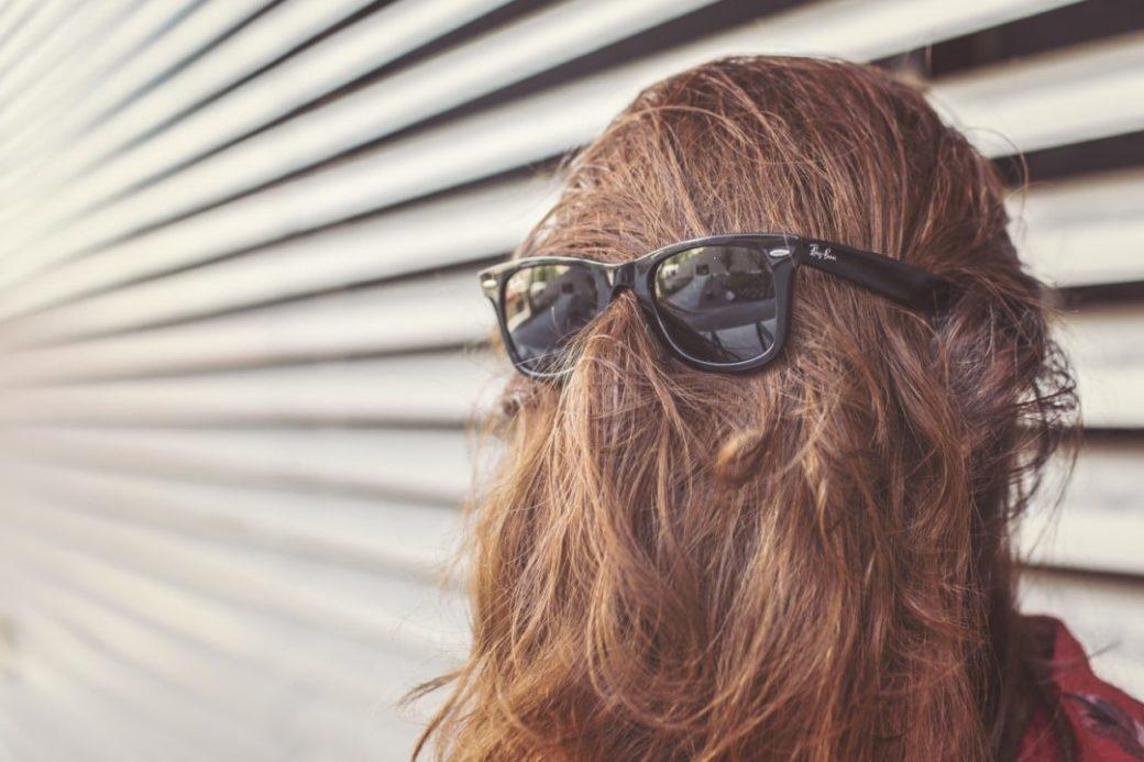 mujer-gafas-pelo-verguenza-timidez
