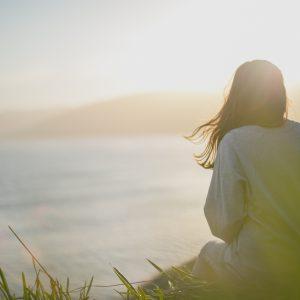 mujer feliz atardecer tranquilidad