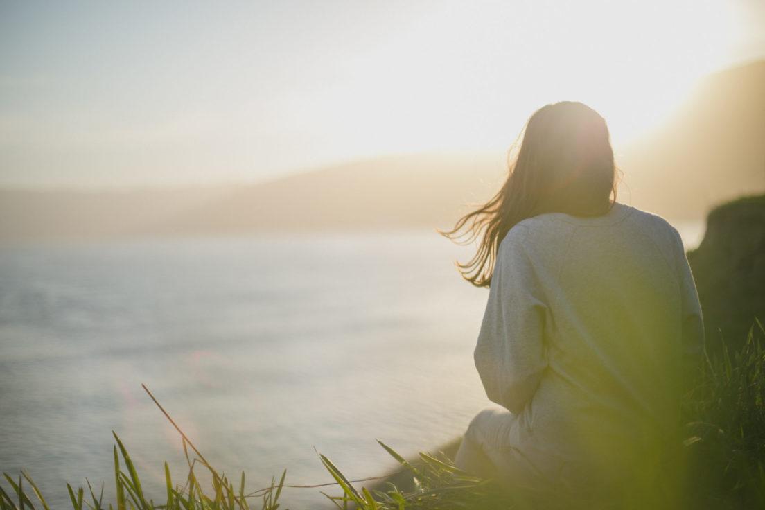 mujer-espalda-atardecer-bienestar
