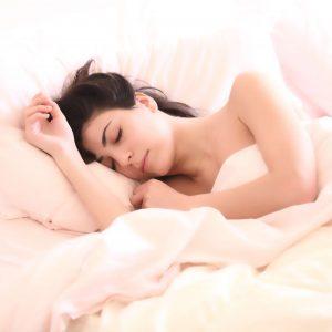 mujer-cama-dormida-triste