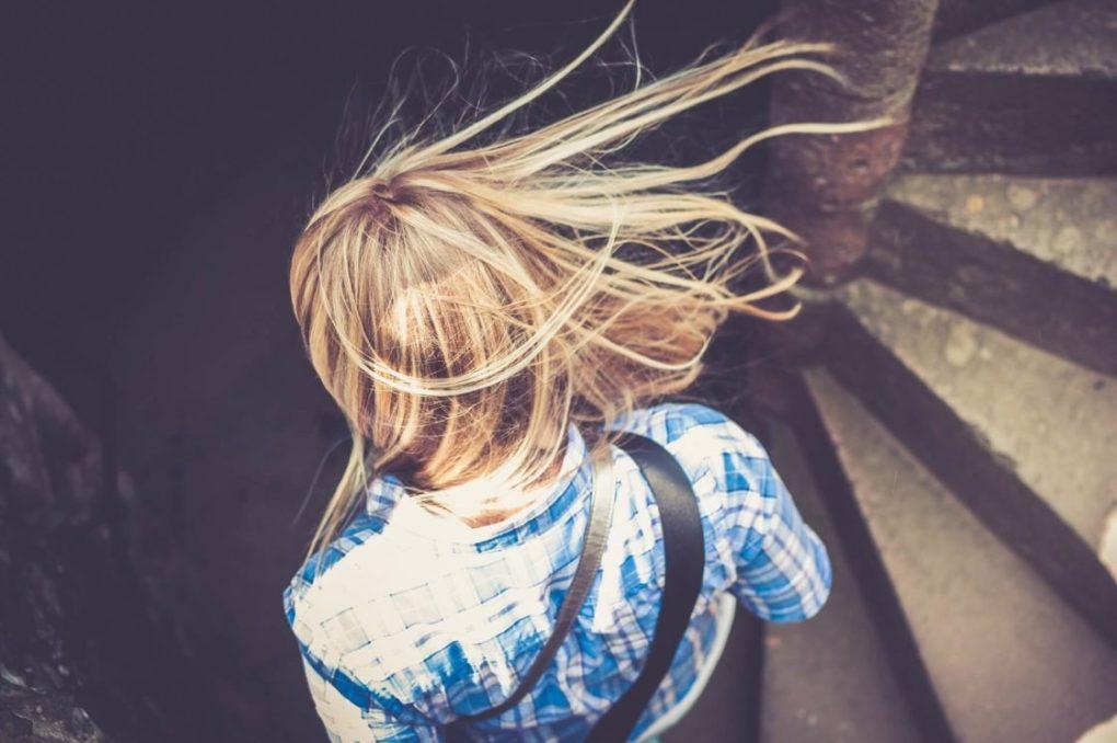 mujer-espalda-escalera-autoconocimiento