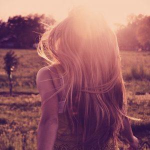 mujer-espalda-luz-brillo-naturaleza