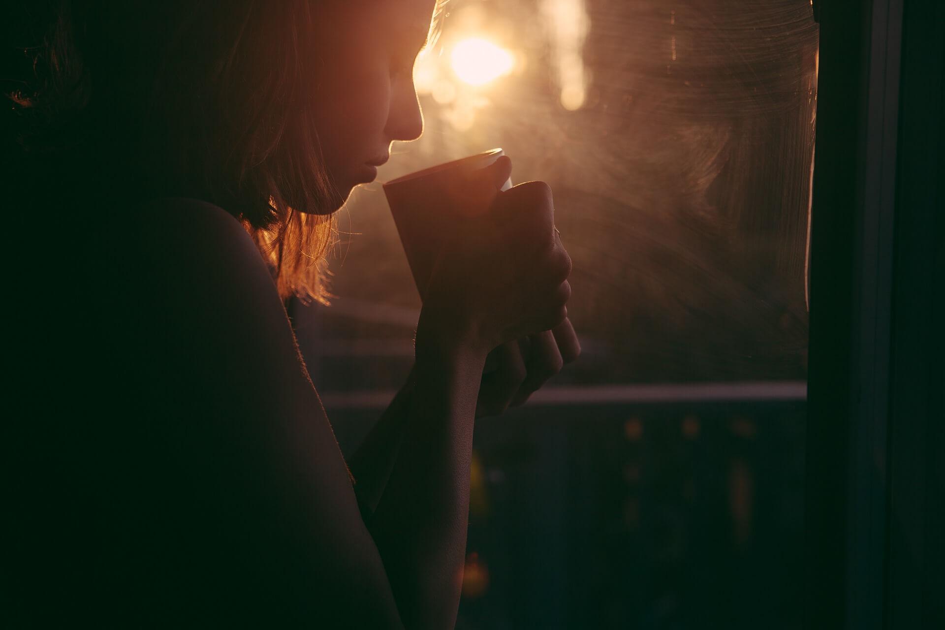 mujer-cafe-calma-bienestar