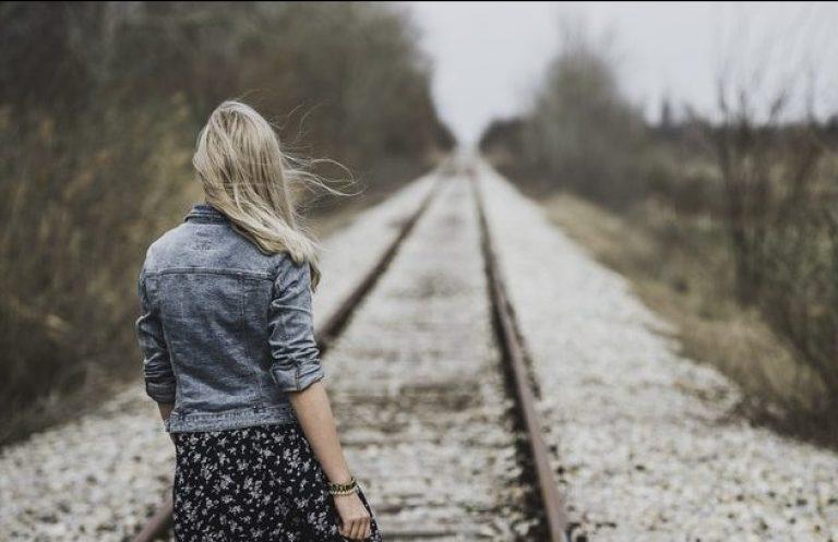 mujer-espalda-vias-tren-camino