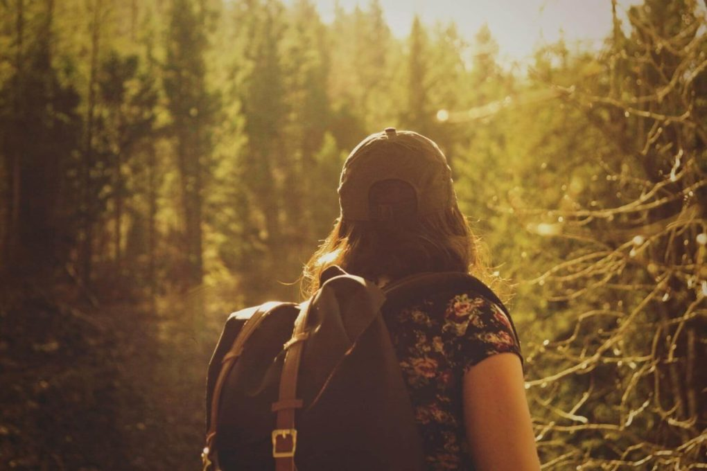 mujer-espalda-mochila-naturaleza