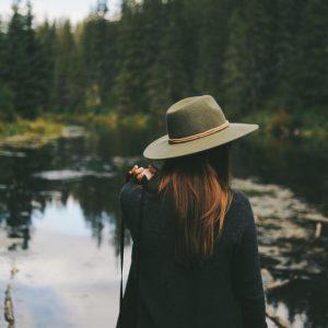 mujer-espalda-naturaleza