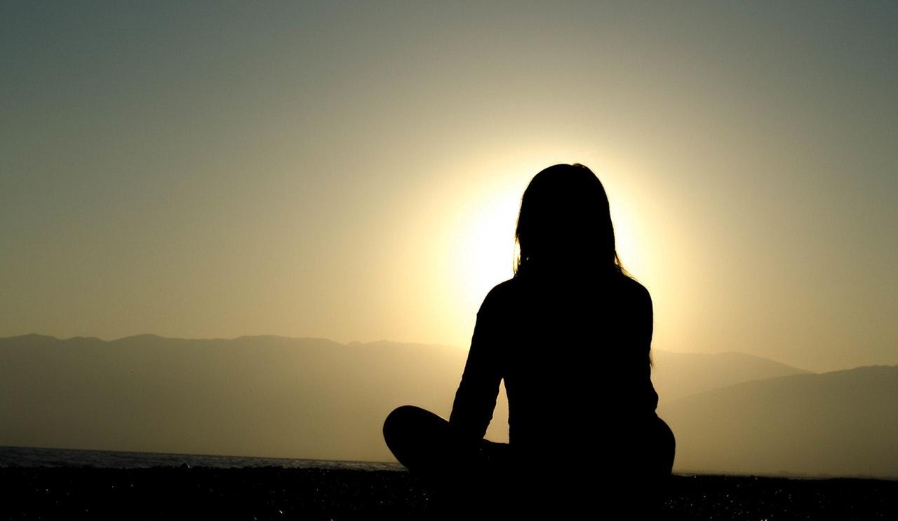 mujer-silueta-meditacion-calma