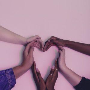 manos-corazon-relacion-amigos