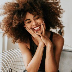 mujer feliz risa bienestar pensamientos positivos