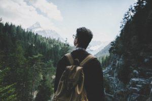 espalda hombre montañas