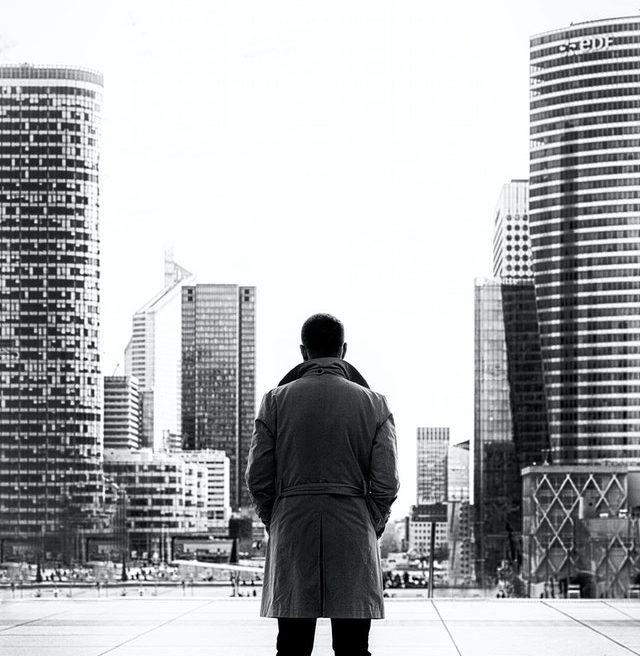 hombre-espalda-ciudad