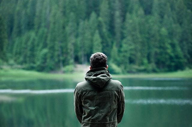 hombre-espalda-lago-verde