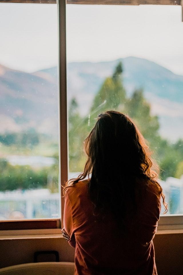 mujer-ventana-espalda