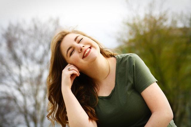 mujer feliz risa bienestar autoaceptacion