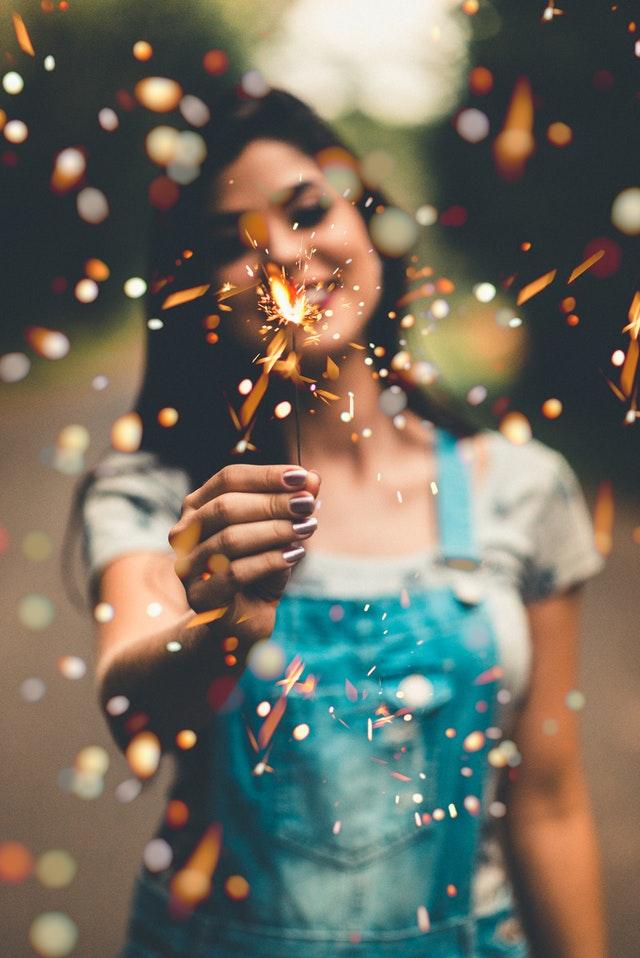mujer feliz risa bienestar luz bengala coaching