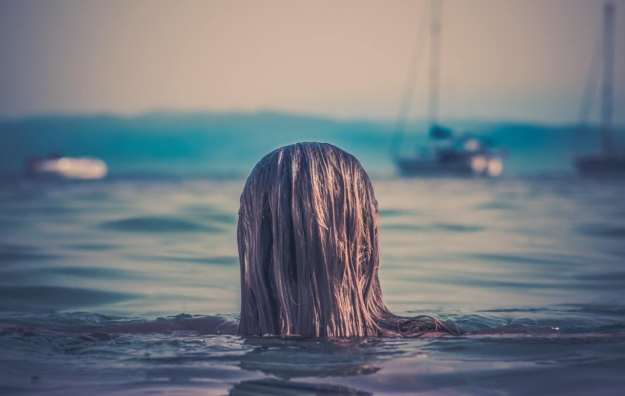 mujer espalda mar