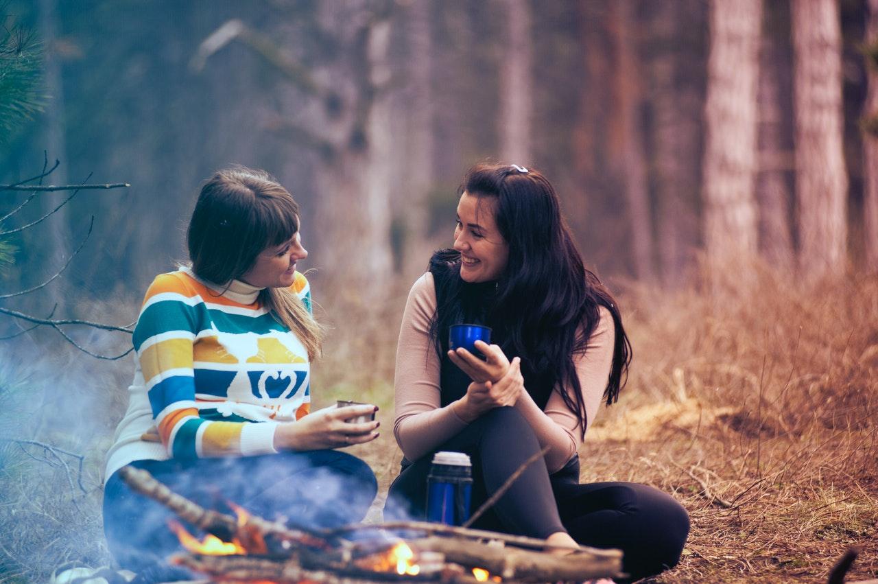 campamento-aihop-amigas-conversacion-fuego